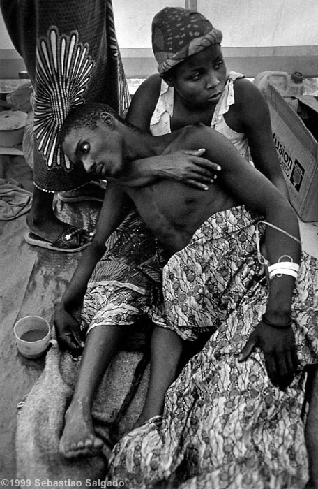 Rwandan refugees at the hospital, run by a team of the Dutch branch of Médecins sans Frontières, Camp at Katale, Zaire. 1994. (Photo Credit: Sebastião Salgado/AMAZONAS Images/CONTACT Press Images.)